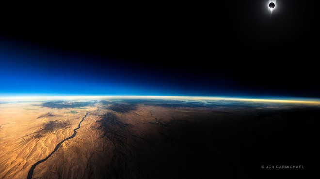 Bức ảnh nhật thực toàn phần này được chụp từ một chiếc máy bay thương mại ở độ cao 12.000km - Ảnh 1.