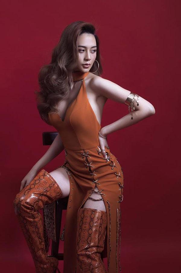 Loạt ảnh bikini hút mắt, khoe đôi chân dài miên man của Thiều Bảo Trang - Ảnh 9.