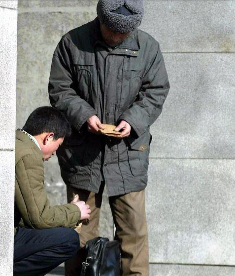 Vượt núi, cắt 30% cho cò Trung Quốc, người Triều Tiên mới nhận được tiền từ người thân - Ảnh 1.