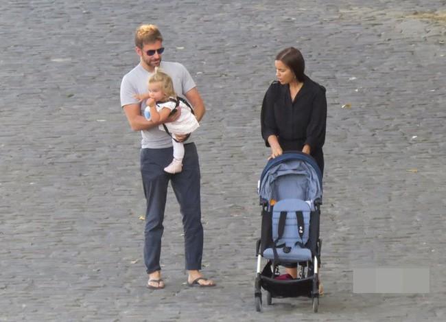 Ngọt ngào với hình ảnh Bradley Cooper một tay chăm con cho Irina Shayk thảnh thơi dạo phố - Ảnh 1.