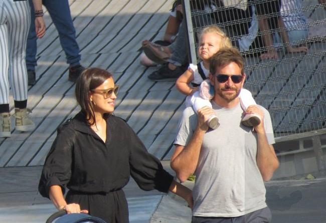 Ngọt ngào với hình ảnh Bradley Cooper một tay chăm con cho Irina Shayk thảnh thơi dạo phố - Ảnh 2.