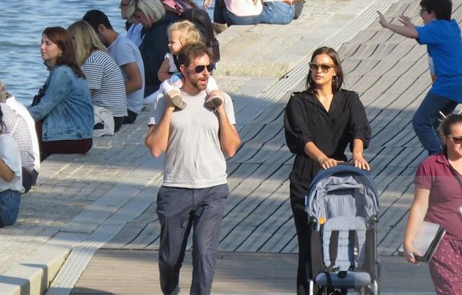 Ngọt ngào với hình ảnh Bradley Cooper một tay chăm con cho Irina Shayk thảnh thơi dạo phố - Ảnh 3.