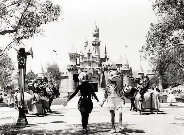 Những hình ảnh chứng minh ngày xưa Disneyland là chỗ để hù dọa trẻ con khóc thét chứ chẳng phải chốn thần tiên hạnh phúc gì - Ảnh 17.