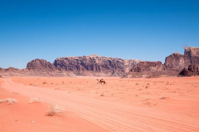 Chiêm ngưỡng vẻ choáng ngợp của sa mạc từng xuất hiện trong các cảnh phim Star Wars và The Martian - Ảnh 21.