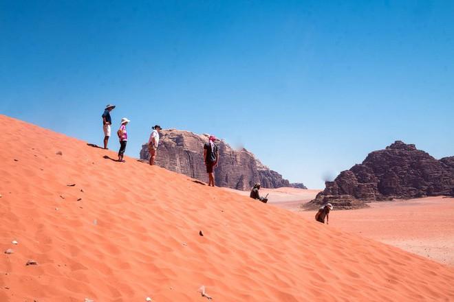 Chiêm ngưỡng vẻ choáng ngợp của sa mạc từng xuất hiện trong các cảnh phim Star Wars và The Martian - Ảnh 25.