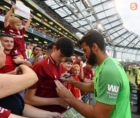 Chạy vào sân ôm thủ môn đắt nhất thế giới, fan nhí nhận món quà để đời - Ảnh 5.