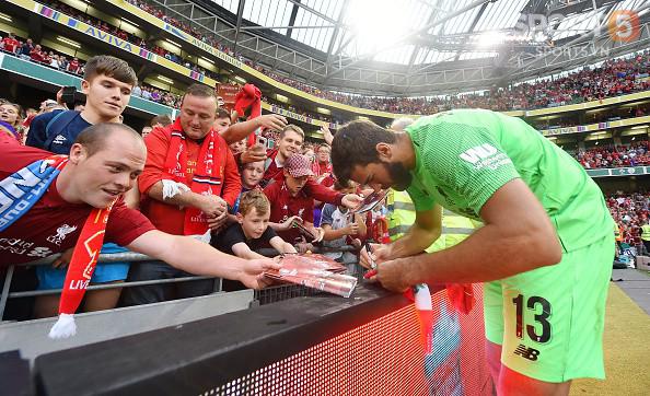 Chạy vào sân ôm thủ môn đắt nhất thế giới, fan nhí nhận món quà để đời - Ảnh 6.