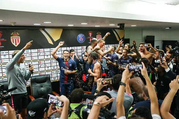 Hủy diệt Monaco trong trận Siêu cúp Pháp, Neymar cùng đồng đội đột kích phòng họp báo và tưới bia lên đầu HLV Tuchel - Ảnh 12.