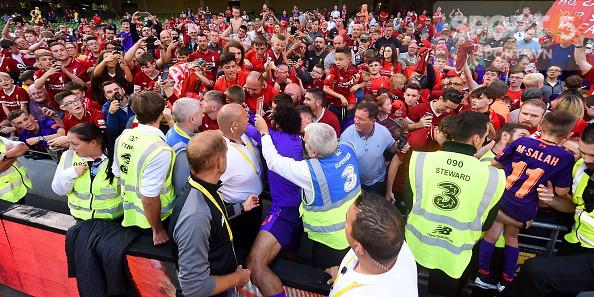 Chạy vào sân ôm thủ môn đắt nhất thế giới, fan nhí nhận món quà để đời - Ảnh 7.