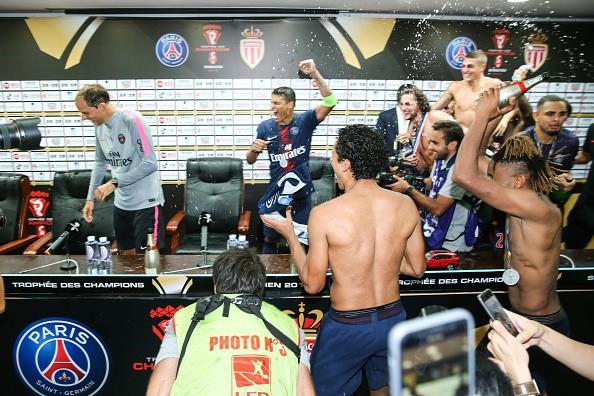 Hủy diệt Monaco trong trận Siêu cúp Pháp, Neymar cùng đồng đội đột kích phòng họp báo và tưới bia lên đầu HLV Tuchel - Ảnh 10.