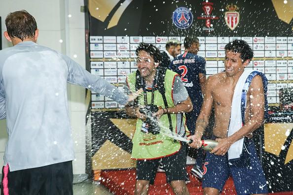 Hủy diệt Monaco trong trận Siêu cúp Pháp, Neymar cùng đồng đội đột kích phòng họp báo và tưới bia lên đầu HLV Tuchel - Ảnh 11.