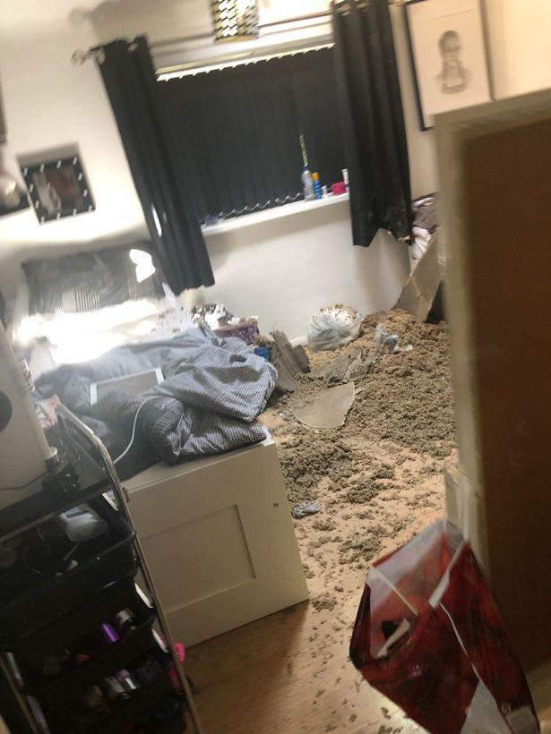 Tỉnh dậy thấy đôi chân đu đưa trên trần nhà, cô gái phát hoảng chạy khỏi phòng ngủ - Ảnh 2.
