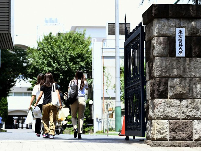 Nhật Bản: Bê bối sửa điểm trong hơn 10 năm tại Đại học Y Tokyo nhằm loại bớt sinh viên nữ và tăng số lượng bác sĩ nam tương lai - Ảnh 1.
