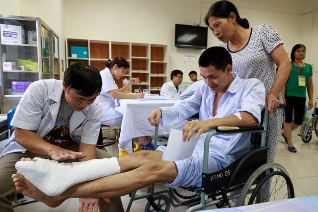 Suốt 70 năm nghĩ bị bệnh khớp, cụ ông phải cưa chân vì bệnh máu khó đông - Ảnh 2.
