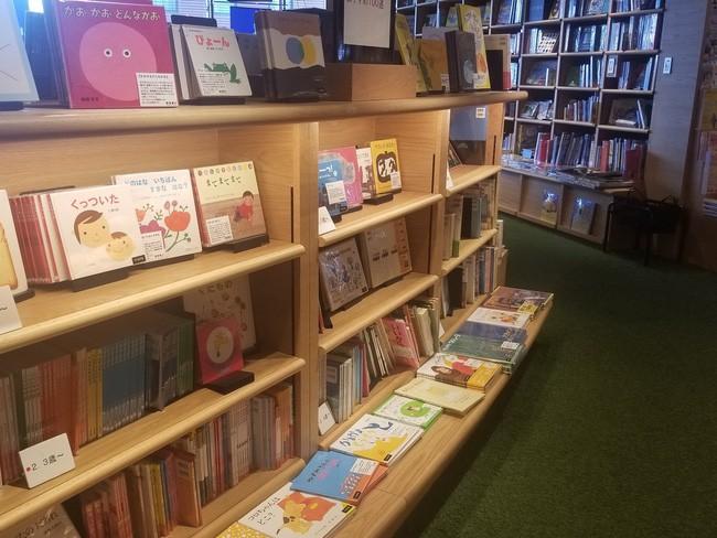 Làm thẻ thư viện cho con từ 3 tháng tuổi và những điều tạo nên sự khác biệt trong cách dạy con của cha mẹ Nhật - Ảnh 2.