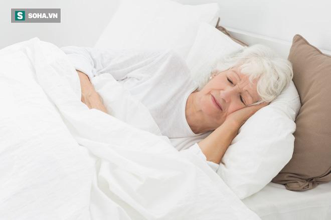 Ngủ bao nhiêu giờ/đêm thì tốt cho tim và tránh bị đột quỵ: Già hay trẻ đều nên tuân thủ - Ảnh 2.