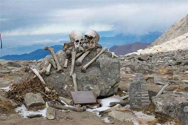Lý giải về ngôi mộ chứa 800 bộ hài cốt ở độ cao 5029m - Ảnh 2.