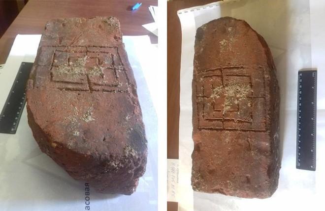 Nga: Tìm thấy bộ board game trung cổ bằng đất nung trong lâu đài 700 năm tuổi - Ảnh 3.