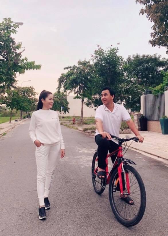 MC Quyền Linh kỷ niệm 13 năm ngày cưới bên... xe đạp và dép tổ ong - Ảnh 1.