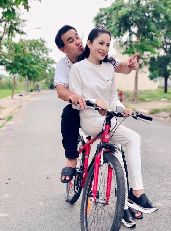MC Quyền Linh kỷ niệm 13 năm ngày cưới bên... xe đạp và dép tổ ong - Ảnh 2.