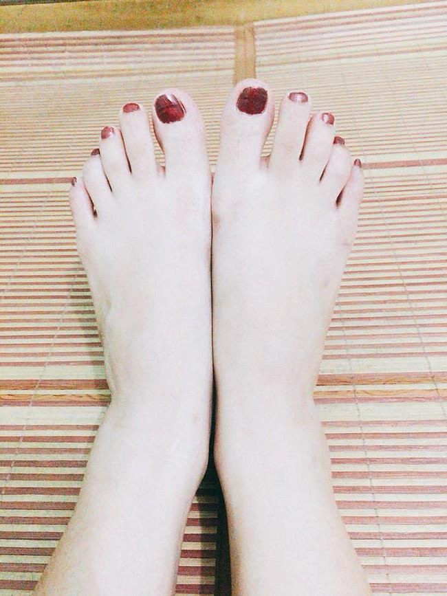Sở hữu đôi chân nuột như gái đôi mươi, chàng trai kêu trời vì suốt ngày bị người yêu đem ra tập sơn móng chân - Ảnh 2.