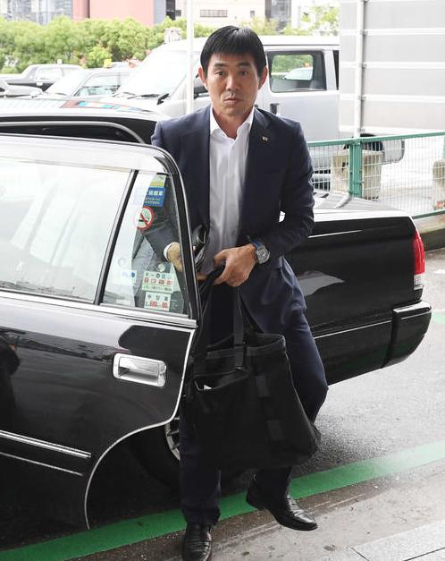 HLV đội tuyển Nhật Bản đi 1.600 km để xin lỗi đội bóng có cầu thủ bị chấn thương tại ASIAD - Ảnh 1.