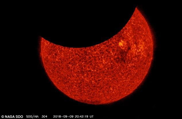 Tàu vũ trụ NASA ghi lại khoảnh khắc ngoạn mục mặt trăng 'ăn' mặt trời - Ảnh 1.