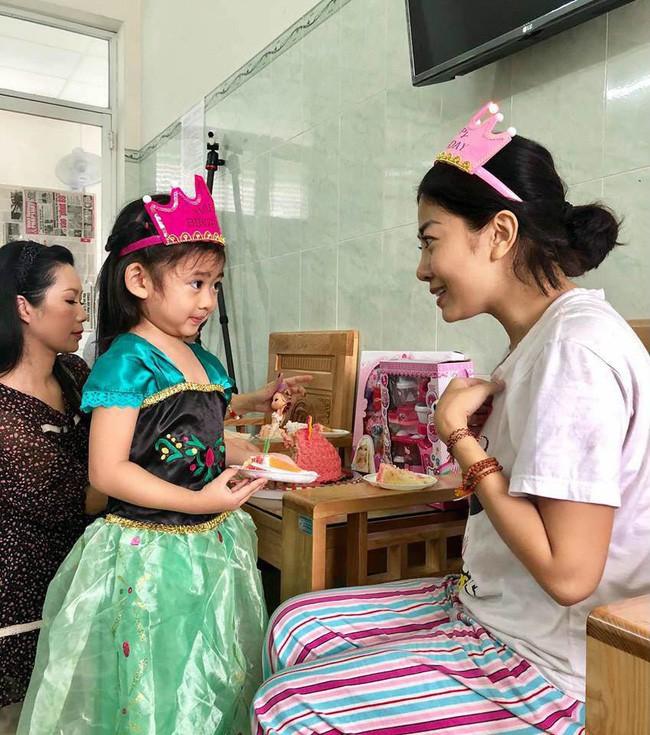 Nụ cười ngây thơ hạnh phúc của bé Lavie sau khi mẹ Mai Phương được xuất viện về nhà - Ảnh 3.