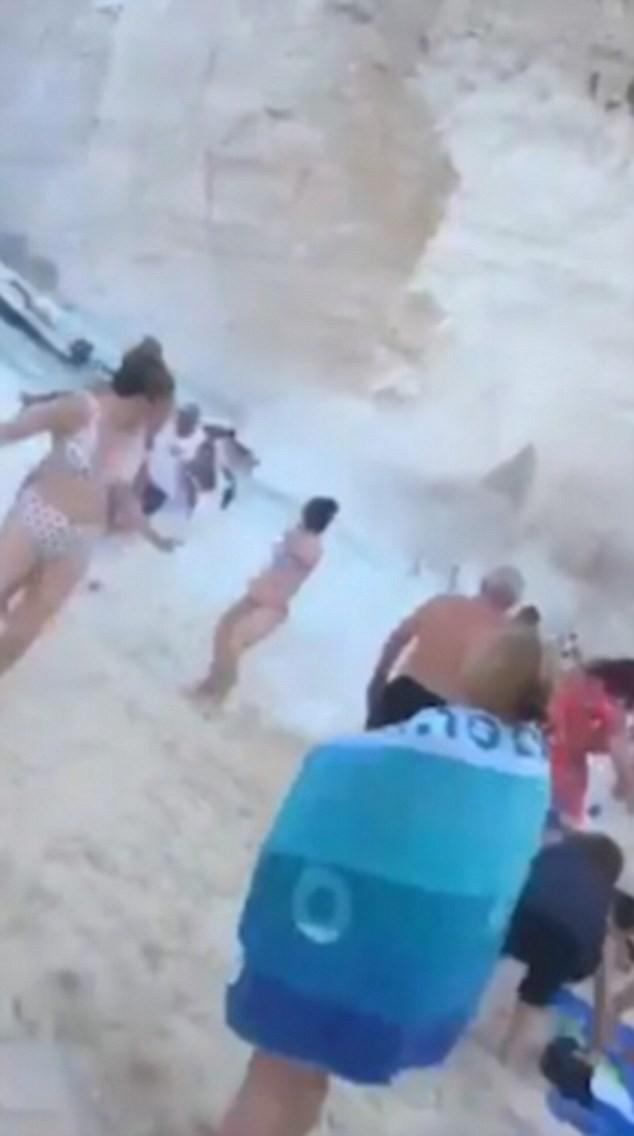 Clip: Đang tắm biển, du khách hò nhau bỏ chạy tán loạn vì thảm họa bất ngờ ập đến - Ảnh 3.