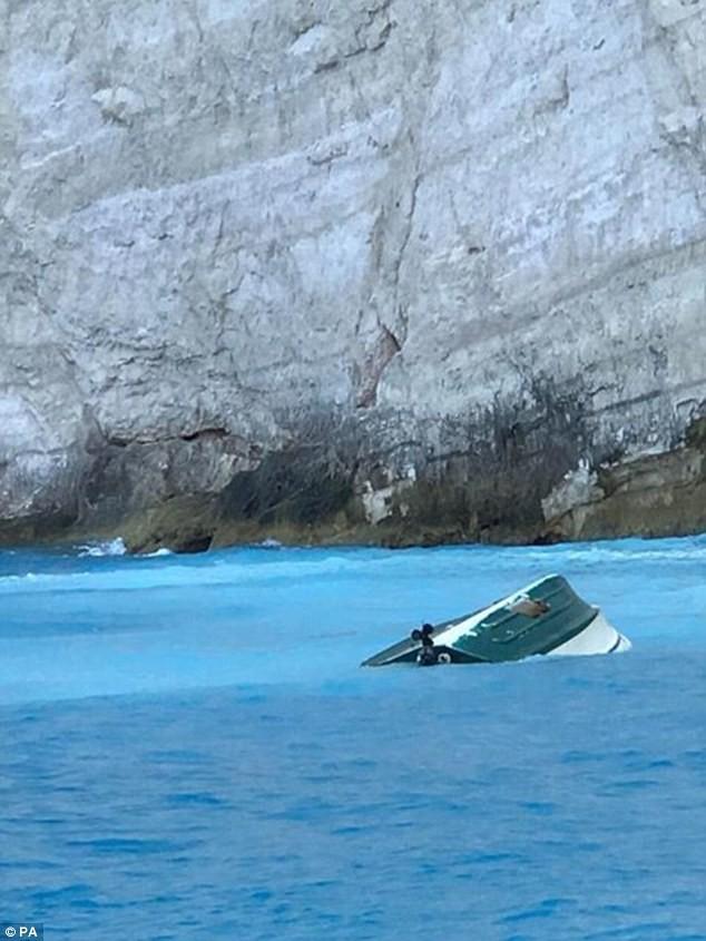 Clip: Đang tắm biển, du khách hò nhau bỏ chạy tán loạn vì thảm họa bất ngờ ập đến - Ảnh 2.