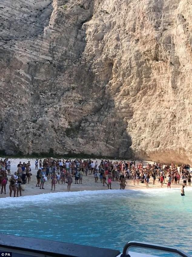 Clip: Đang tắm biển, du khách hò nhau bỏ chạy tán loạn vì thảm họa bất ngờ ập đến - Ảnh 4.