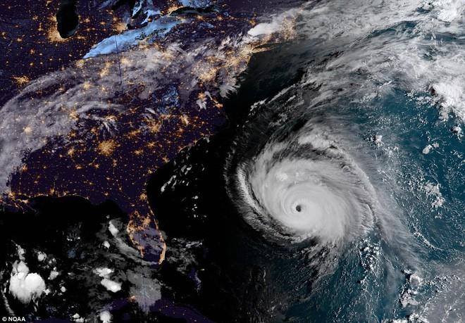 Ảnh vệ tinh thể hiện sức mạnh hủy diệt của Florence, siêu bão to bằng cả một bang Mỹ - Ảnh 1.