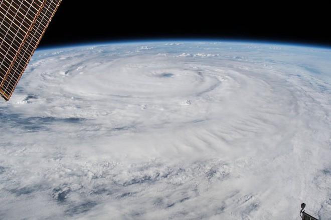 Ảnh vệ tinh thể hiện sức mạnh hủy diệt của Florence, siêu bão to bằng cả một bang Mỹ - Ảnh 11.