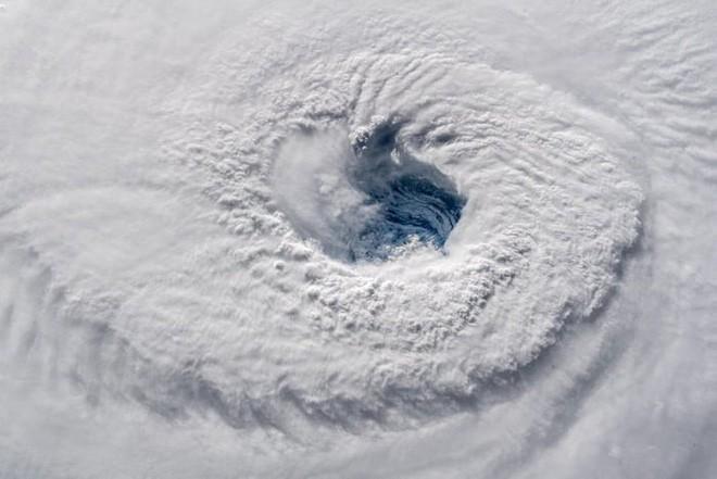 Ảnh vệ tinh thể hiện sức mạnh hủy diệt của Florence, siêu bão to bằng cả một bang Mỹ - Ảnh 4.