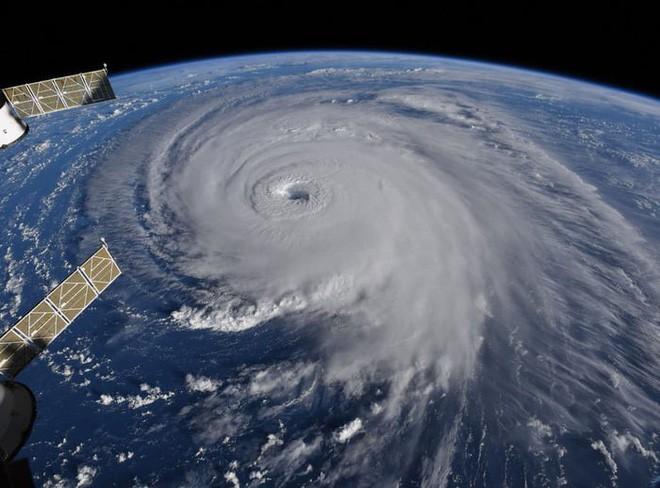 Ảnh vệ tinh thể hiện sức mạnh hủy diệt của Florence, siêu bão to bằng cả một bang Mỹ - Ảnh 6.