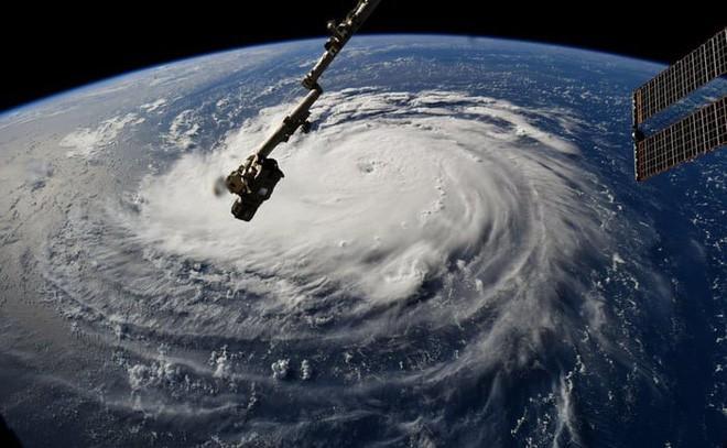 Ảnh vệ tinh thể hiện sức mạnh hủy diệt của Florence, siêu bão to bằng cả một bang Mỹ - Ảnh 8.