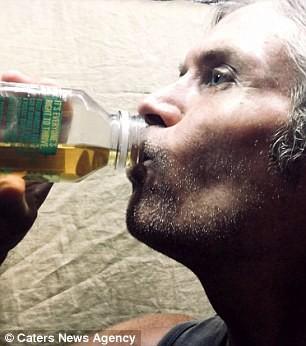 Uống... nước tiểu của mình để giảm cân thần tốc và làm đẹp da: Hãy nghe giáo sư giải thích - Ảnh 1.