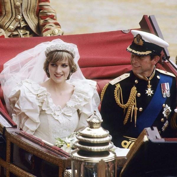 Điềm báo chuỗi bất hạnh trong đám cưới cổ tích và người đàn ông chia loan rẽ phượng, gây ra mối tình tay 3 oan nghiệt của Công nương Diana - Ảnh 3.