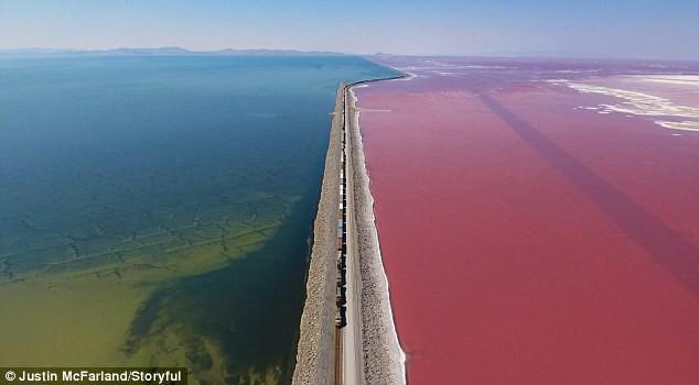 Điều kỳ diệu của Trái Đất: Mãn nhãn với hồ muối hai màu đỏ - xanh được ngăn đôi bởi một đường ray tàu hỏa - Ảnh 1.