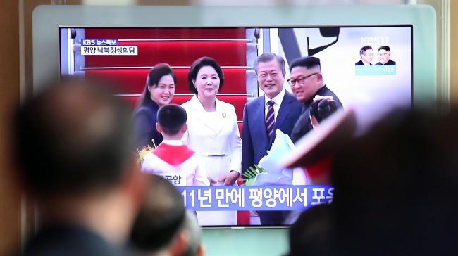 Thượng đỉnh liên Triều: Ấn tượng hình ảnh 2 ông Moon-Kim thân như bạn hữu lâu ngày tái ngộ - Ảnh 12.