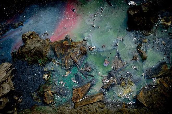 Giữa những núi rác thải điện tử khổng lồ, có bàn tay cặm cụi nhặt từng miếng kim loại để mưu sinh - Ảnh 14.