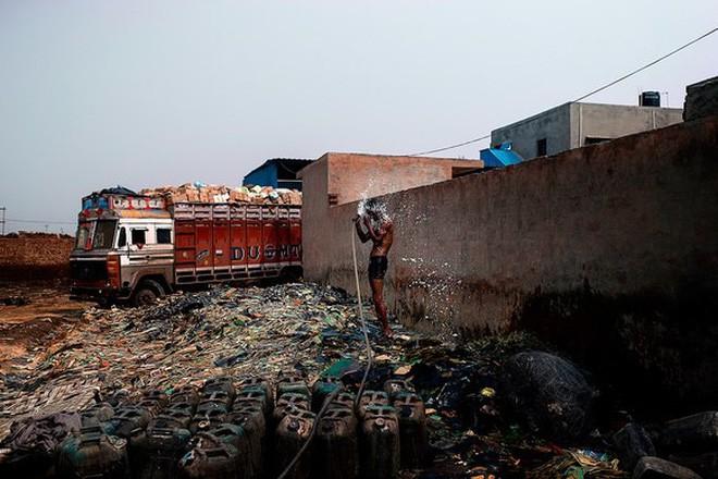 Giữa những núi rác thải điện tử khổng lồ, có bàn tay cặm cụi nhặt từng miếng kim loại để mưu sinh - Ảnh 15.