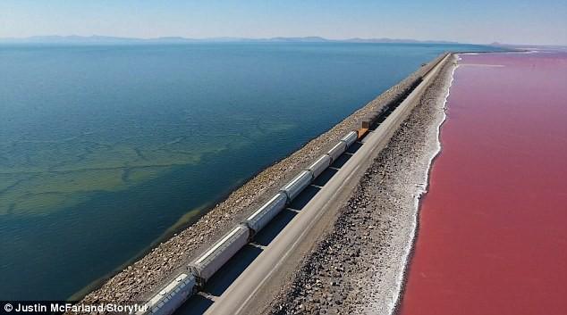 Điều kỳ diệu của Trái Đất: Mãn nhãn với hồ muối hai màu đỏ - xanh được ngăn đôi bởi một đường ray tàu hỏa - Ảnh 4.