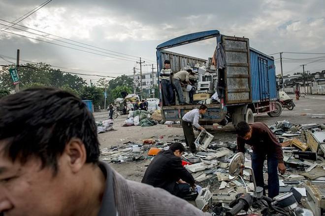 Giữa những núi rác thải điện tử khổng lồ, có bàn tay cặm cụi nhặt từng miếng kim loại để mưu sinh - Ảnh 8.