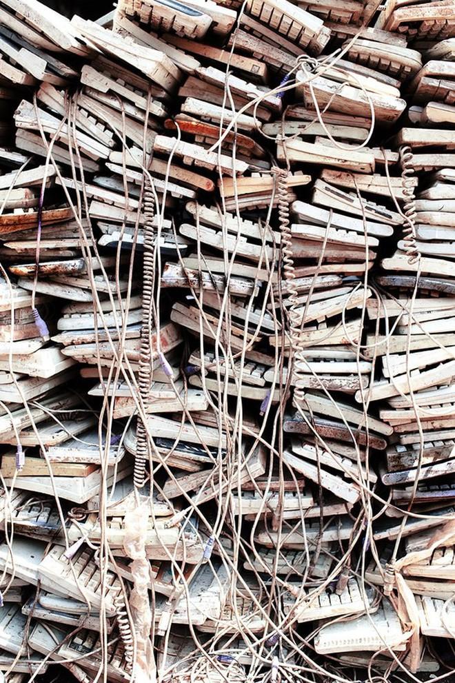 Giữa những núi rác thải điện tử khổng lồ, có bàn tay cặm cụi nhặt từng miếng kim loại để mưu sinh - Ảnh 13.