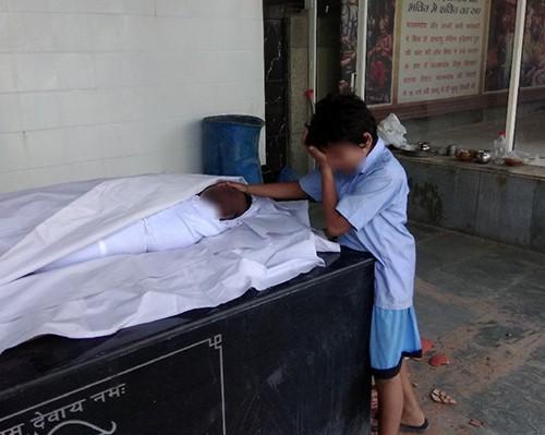 Ấn Độ: Hình ảnh bé trai khóc nức nở bên thi thể bố lan truyền mạnh, cộng đồng hảo tâm quyên góp hơn 10 tỷ đồng chỉ trong 1 ngày - Ảnh 1.