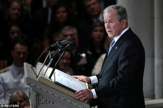 Người Mỹ ào ào ca ngợi hành động ấm lòng của ông Bush dành cho bà Obama tại lễ tang TNS McCain - Ảnh 2.
