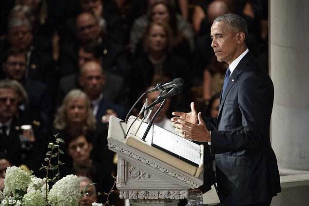 Người Mỹ ào ào ca ngợi hành động ấm lòng của ông Bush dành cho bà Obama tại lễ tang TNS McCain - Ảnh 3.