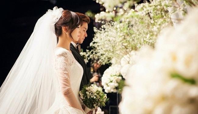 Tiệc cưới còn chưa kết thúc, bố chồng đã ghé tai nói nhỏ một điều khiến nàng dâu trẻ sững sờ - Ảnh 1.