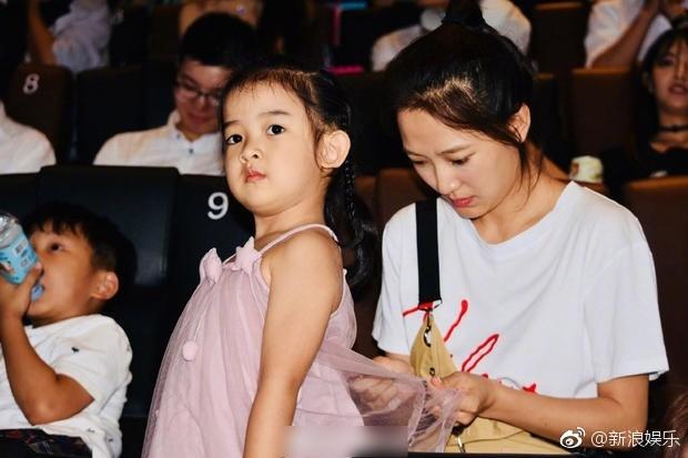 Bà xã xinh đẹp và con gái cưng siêu dễ thương của Càn Long Nhiếp Viễn gây sốt khi tới dự sự kiện ủng hộ bố - Ảnh 2.